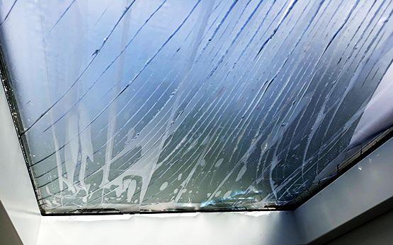 dachfenster mit glasbruch